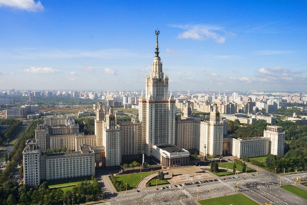Главное здание МГУ на Воробьевых горах с высоты птичьего полета