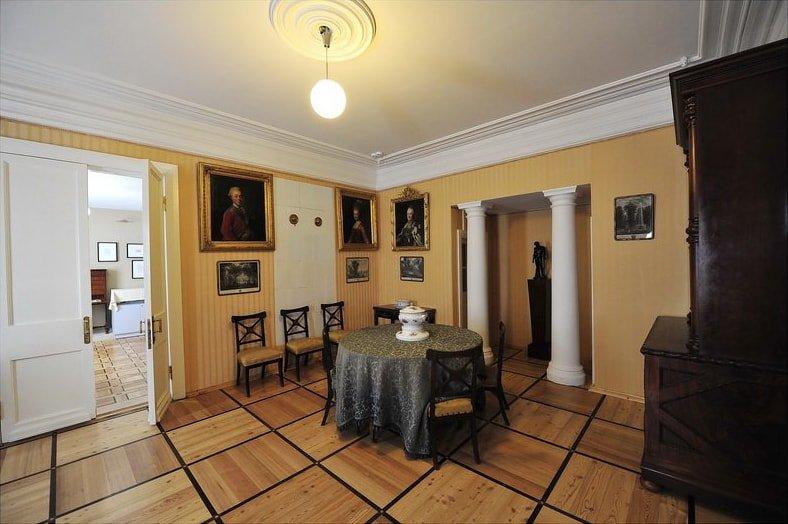 Внутри усадебного дома