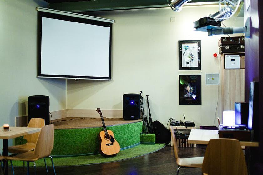 Сцена и проектор в Большом зале