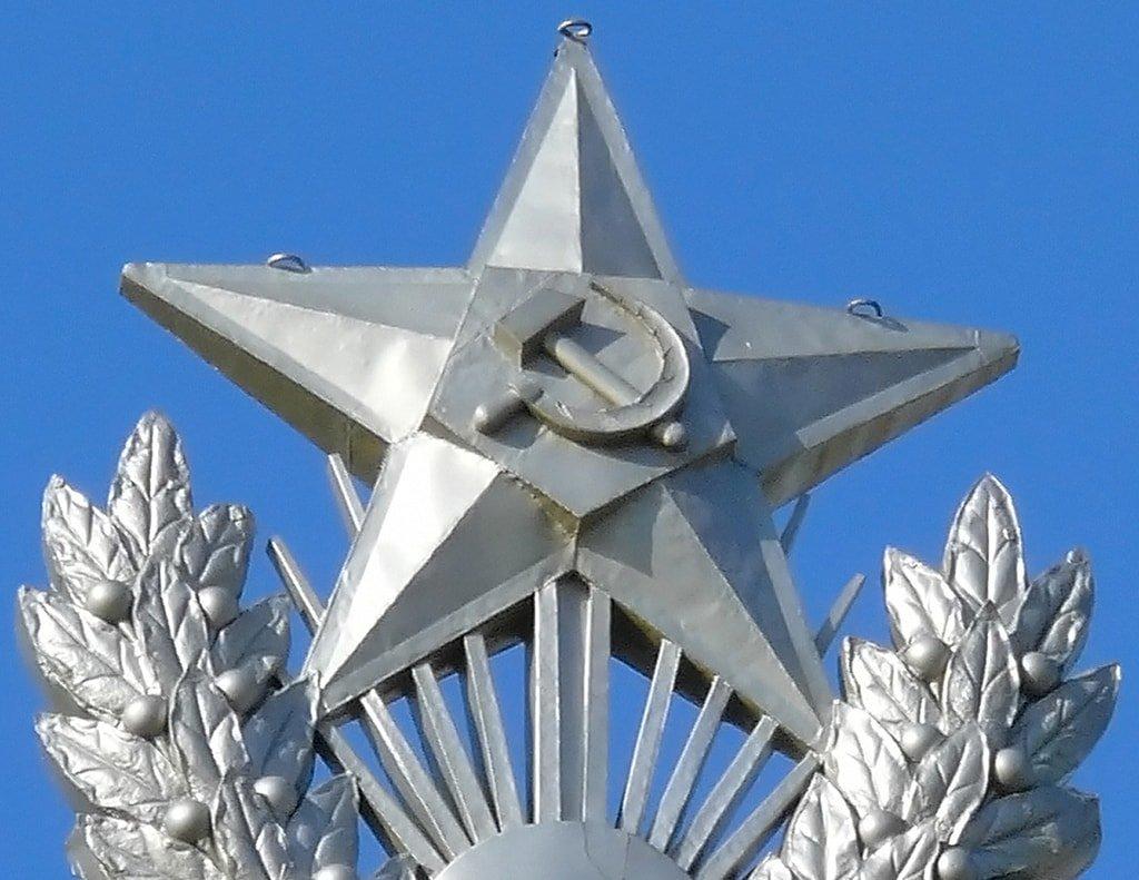 Звезда на жилом здании на Котельнической набережной