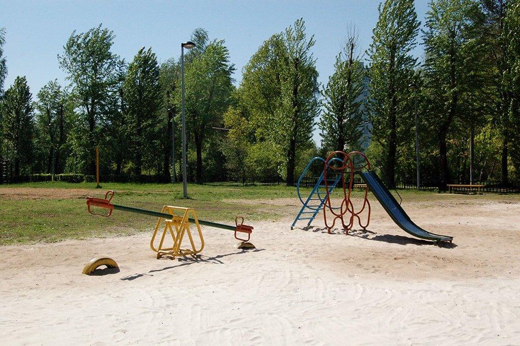 Черное озеро детские качели