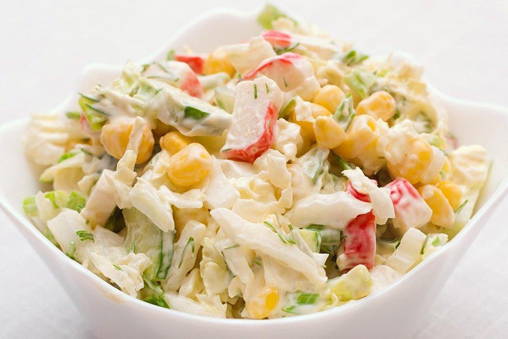 Крабовый салат: простой рецепт из кукурузы и палочек