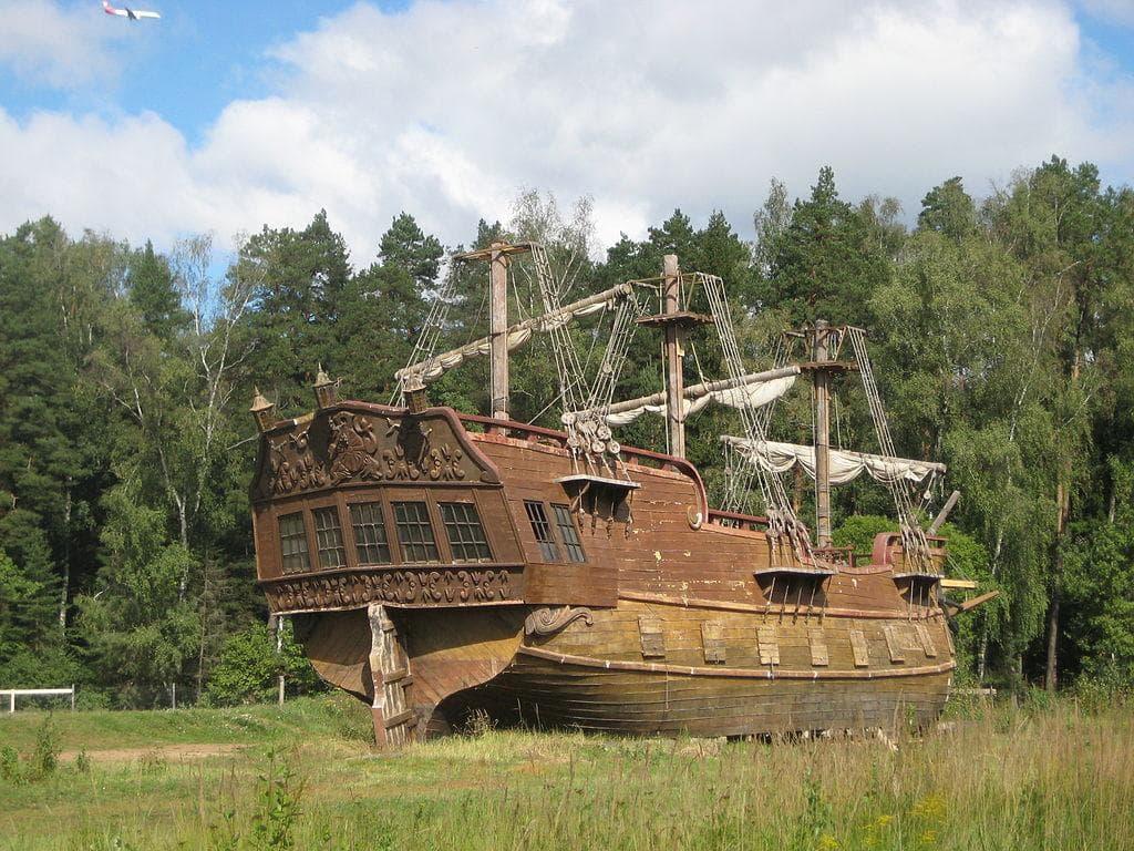 Макет корабля в киногороде Piligrim Porto