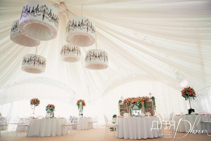 Внутри свадебного шатра. Источник: студия стильных свадеб для двоих