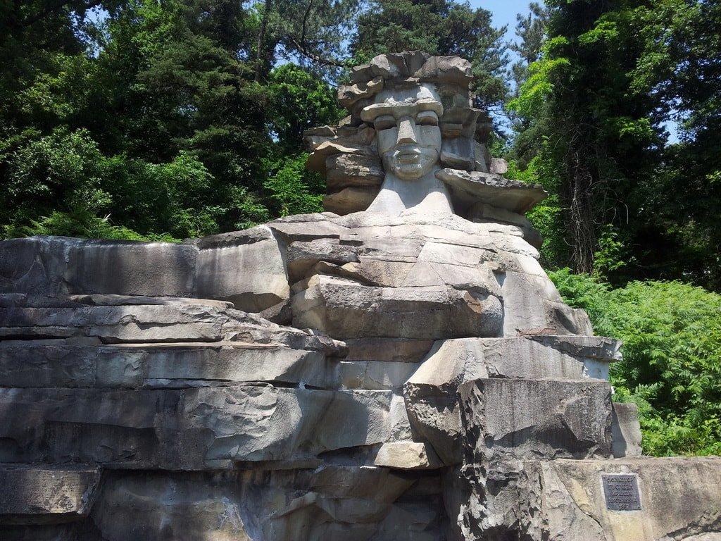Скульптурная композиция и знаменитая здравница «Мацеста»