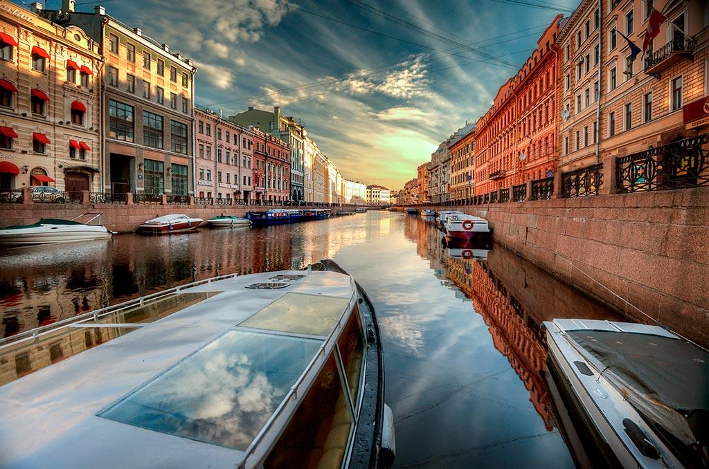 Водные экскурсии в Санкт-Петербурге по каналам и рекам